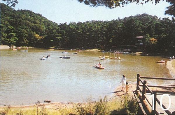 再度公園でボートを楽しむ人々